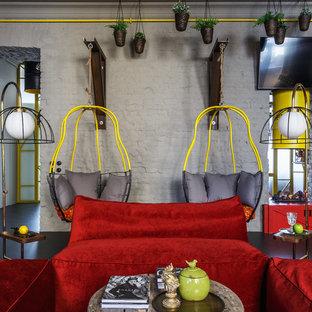 Стильный дизайн: большая гостиная комната в стиле фьюжн с серыми стенами, полом из линолеума, двусторонним камином, телевизором на стене и серым полом - последний тренд