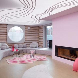 Esempio di un soggiorno contemporaneo aperto con camino classico, pavimento beige, pareti rosa e cornice del camino in metallo