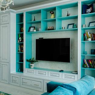 ノボシビルスクのトラディショナルスタイルのおしゃれなリビング (壁掛け型テレビ、白い床) の写真