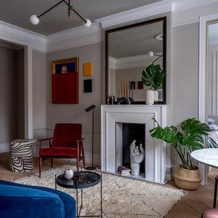 Свежая идея для дизайна: гостиная комната в стиле модернизм с серыми стенами, паркетным полом среднего тона и коричневым полом - отличное фото интерьера