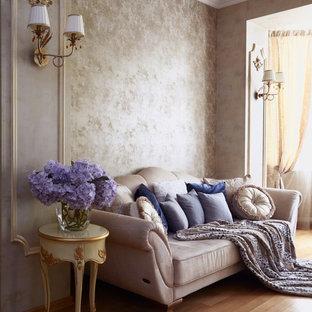 Неиссякаемый источник вдохновения для домашнего уюта: гостиная комната в классическом стиле с бежевыми стенами, паркетным полом среднего тона и коричневым полом