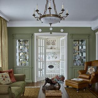 Стильный дизайн: изолированная, парадная гостиная комната среднего размера в классическом стиле с зелеными стенами, темным паркетным полом и коричневым полом - последний тренд