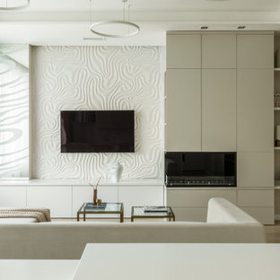 モスクワのコンテンポラリースタイルのおしゃれなLDK (白い壁、横長型暖炉、壁掛け型テレビ、ベージュの床、折り上げ天井) の写真