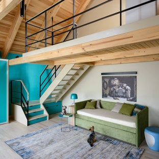 Пример оригинального дизайна: гостиная комната среднего размера в восточном стиле с разноцветными стенами, светлым паркетным полом и бежевым полом