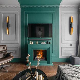 Imagen de salón cerrado, clásico renovado, pequeño, con paredes verdes, suelo de madera en tonos medios, televisor colgado en la pared y suelo marrón