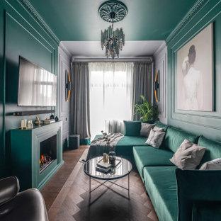Стильный дизайн: маленькая изолированная гостиная комната в современном стиле с зелеными стенами, коричневым полом, стандартным камином, телевизором на стене и темным паркетным полом - последний тренд
