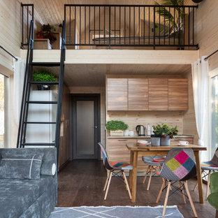 Пример оригинального дизайна: маленькая двухуровневая, объединенная гостиная комната в скандинавском стиле с белыми стенами и коричневым полом
