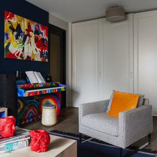 Стильный дизайн: открытая гостиная комната среднего размера в современном стиле с музыкальной комнатой и коричневым полом без ТВ - последний тренд
