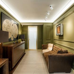 Неиссякаемый источник вдохновения для домашнего уюта: изолированная гостиная комната в современном стиле с зелеными стенами, светлым паркетным полом и бежевым полом