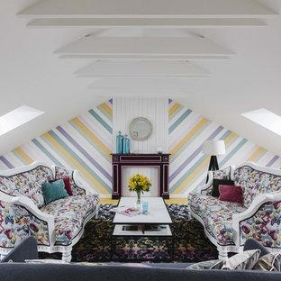На фото: гостиные комнаты в стиле фьюжн с разноцветными стенами, ковровым покрытием и разноцветным полом