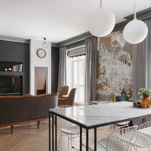 На фото: открытая гостиная комната в стиле фьюжн с паркетным полом среднего тона, коричневым полом и отдельно стоящим ТВ с