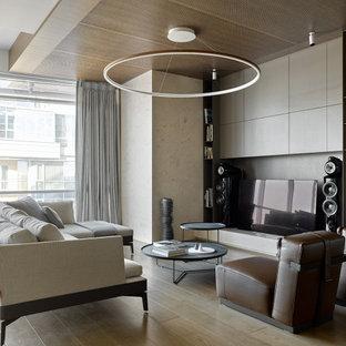 Exempel på ett mellanstort modernt allrum med öppen planlösning, med beige väggar, mellanmörkt trägolv, en inbyggd mediavägg och beiget golv