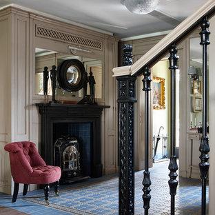 Modelo de salón para visitas abierto, tradicional, de tamaño medio, con paredes verdes, estufa de leña y suelo azul