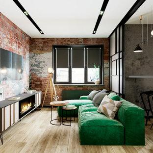 Kleines, Offenes Industrial Wohnzimmer mit roter Wandfarbe, Laminat, Gaskamin, Kaminsims aus Metall, Wand-TV und beigem Boden in Sonstige