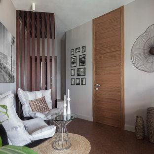 Foto di un soggiorno design aperto e di medie dimensioni con pareti grigie, pavimento in sughero e pavimento marrone