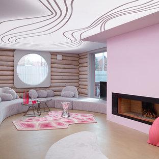 Idee per un soggiorno con pareti rosa, cornice del camino in intonaco, pavimento beige e camino classico