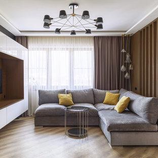 Новый формат декора квартиры: открытая гостиная комната среднего размера в современном стиле с коричневыми стенами, полом из винила, бежевым полом и мультимедийным центром без камина