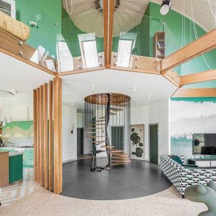 Пример оригинального дизайна: парадная, открытая гостиная комната в современном стиле с зелеными стенами и телевизором на стене