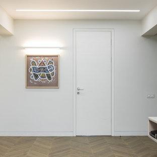Ejemplo de salón abierto, contemporáneo, grande, con paredes blancas, suelo de madera en tonos medios, chimeneas suspendidas, marco de chimenea de madera y televisor independiente