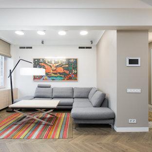 Cette image montre un grand salon nordique ouvert avec un mur blanc, un sol en bois brun, un manteau de cheminée en bois et une cheminée ribbon.
