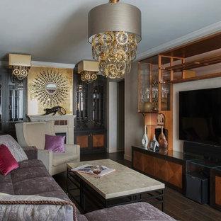 На фото: парадная, изолированная гостиная комната в стиле фьюжн с темным паркетным полом, телевизором на стене, коричневым полом, бежевыми стенами и стандартным камином