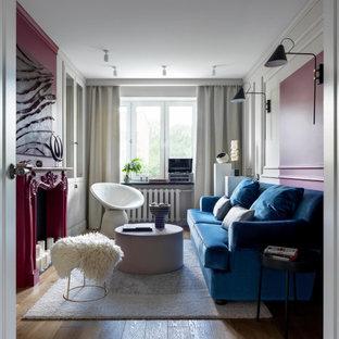 Пример оригинального дизайна: маленькая гостиная комната с бежевыми стенами, паркетным полом среднего тона и фасадом камина из дерева