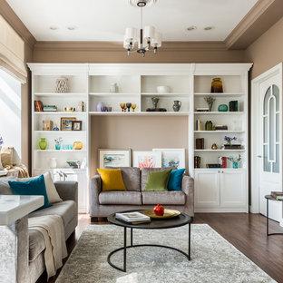 Неиссякаемый источник вдохновения для домашнего уюта: парадная гостиная комната в современном стиле с бежевыми стенами, темным паркетным полом и коричневым полом без камина, ТВ