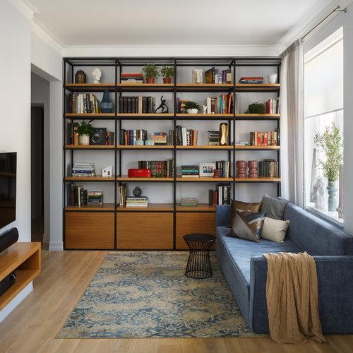 Abgetrennte Moderne Bibliothek Mit Hellem Holzboden, Wand TV, Blauer  Wandfarbe Und Braunem Boden