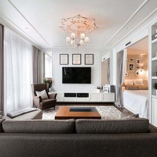 Kleines, Repräsentatives, Offenes Modernes Wohnzimmer mit weißer Wandfarbe, Sperrholzboden, Wand-TV und braunem Boden in Moskau