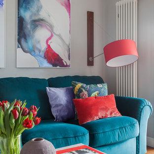На фото: гостиная комната среднего размера в современном стиле с серыми стенами, паркетным полом среднего тона и коричневым полом с