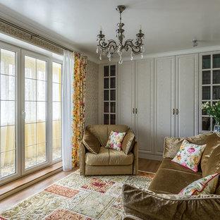 Выдающиеся фото от архитекторов и дизайнеров интерьера: маленькая изолированная гостиная комната в стиле современная классика с библиотекой, бежевыми стенами и паркетным полом среднего тона без камина