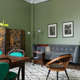 Пример оригинального дизайна: парадная, открытая гостиная комната в стиле фьюжн с зелеными стенами, паркетным полом среднего тона и коричневым полом