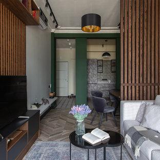 Неиссякаемый источник вдохновения для домашнего уюта: открытая гостиная комната в современном стиле с паркетным полом среднего тона, отдельно стоящим ТВ и бежевым полом