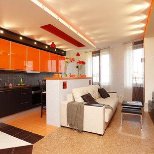 Esempio di un soggiorno contemporaneo aperto con pareti grigie, pavimento in sughero e TV a parete