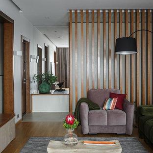 Inspiration för mellanstora moderna vardagsrum, med beige väggar, korkgolv och beiget golv