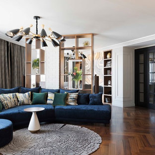 Свежая идея для дизайна: парадная гостиная комната в стиле фьюжн с белыми стенами, темным паркетным полом и коричневым полом - отличное фото интерьера