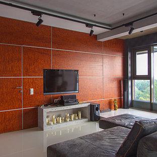 サンクトペテルブルクのコンテンポラリースタイルのおしゃれなリビング (茶色い壁、壁掛け型テレビ、白い床) の写真