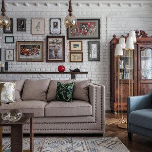 Новый формат декора квартиры: большая парадная, изолированная гостиная комната в классическом стиле с белыми стенами, паркетным полом среднего тона и коричневым полом