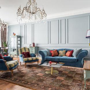 Удачное сочетание для дизайна помещения: парадная гостиная комната в классическом стиле с серыми стенами, паркетным полом среднего тона и отдельно стоящим ТВ - самое интересное для вас