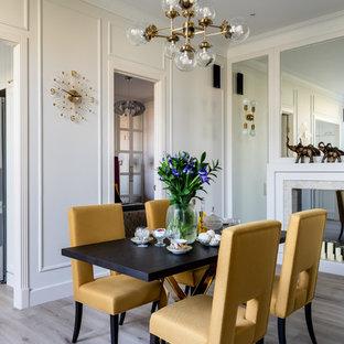 Imagen de biblioteca en casa abierta, clásica renovada, grande, con paredes blancas, suelo laminado, chimenea tradicional, marco de chimenea de baldosas y/o azulejos, pared multimedia y suelo beige
