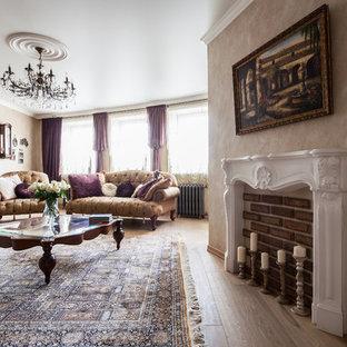 Новый формат декора квартиры: парадная гостиная комната в классическом стиле с бежевыми стенами и светлым паркетным полом