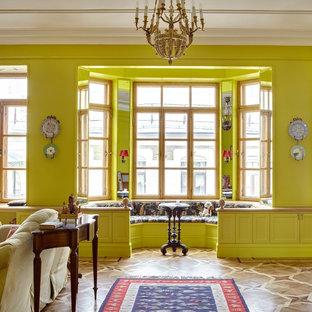 На фото: гостиные комнаты в классическом стиле с желтыми стенами