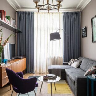 На фото: со средним бюджетом гостиные комнаты в современном стиле с светлым паркетным полом