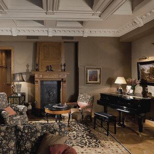 Неиссякаемый источник вдохновения для домашнего уюта: изолированная гостиная комната в викторианском стиле с музыкальной комнатой, коричневыми стенами, стандартным камином, светлым паркетным полом и бежевым полом