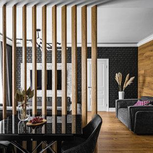 Mittelgroßes Modernes Wohnzimmer mit schwarzer Wandfarbe, braunem Holzboden, Wand-TV, eingelassener Decke und Ziegelwänden in Sankt Petersburg