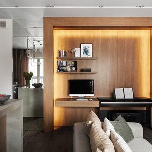Пример оригинального дизайна: гостиная комната в современном стиле с белыми стенами и коричневым полом