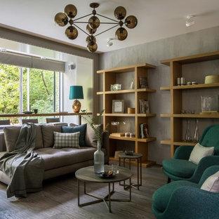 Неиссякаемый источник вдохновения для домашнего уюта: гостиная комната среднего размера в современном стиле с серыми стенами, паркетным полом среднего тона, серым полом и библиотекой