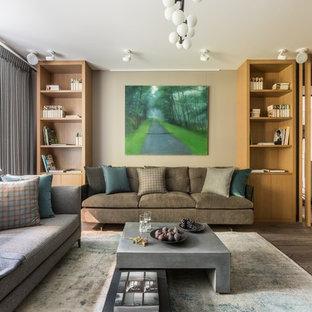 Пример оригинального дизайна: большая гостиная комната в современном стиле с бежевыми стенами, паркетным полом среднего тона и серым полом