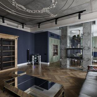 Ispirazione per un soggiorno bohémian aperto con sala formale, pareti blu, pavimento in legno massello medio e camino bifacciale