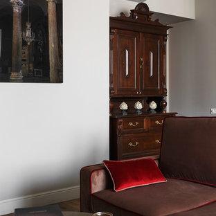 Modelo de salón ecléctico, de tamaño medio, con paredes grises y suelo de corcho